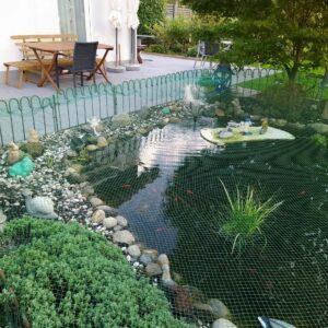Unser Zaun steht, die erste Patina hat sich auch schon gebildet und das schützende Teichnetz ist auch drauf