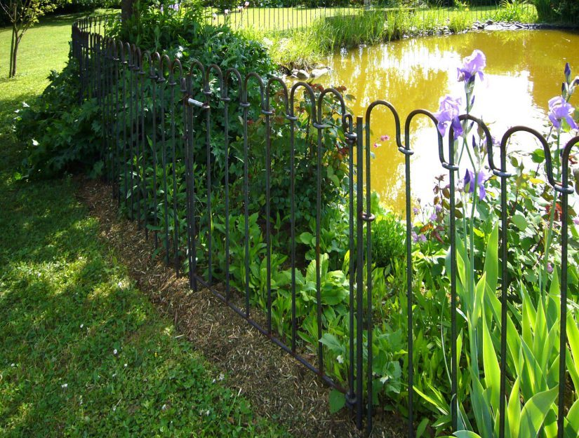 Porte-light-125-brut (peut rouiller) comme dispositif de sécurité pour enfants devant un étang de jardin.