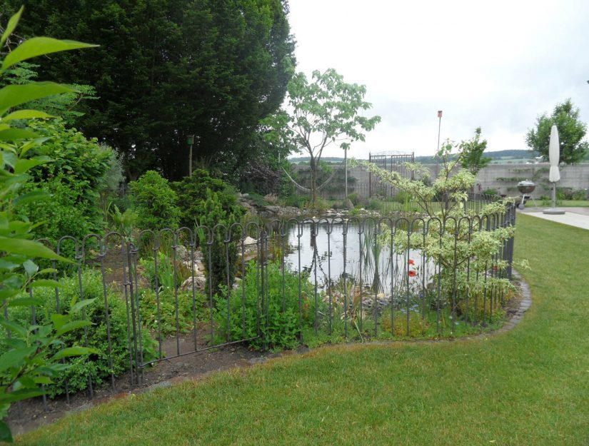Der Zugang zu Ihrem Teich ist sicher - die Tür light lässt sich problemlos mit dem Teichzaun verbinden.
