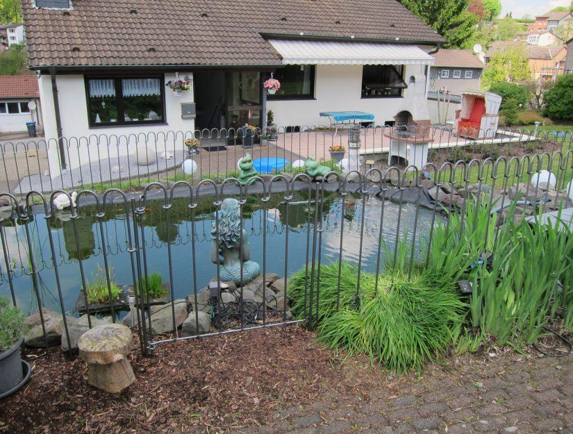La clôture de l'étang a été peinte par le client lui-même.