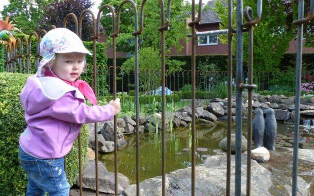 Ich habe Sorge, wenn meine Kinder den rostigen Zaun anfassen