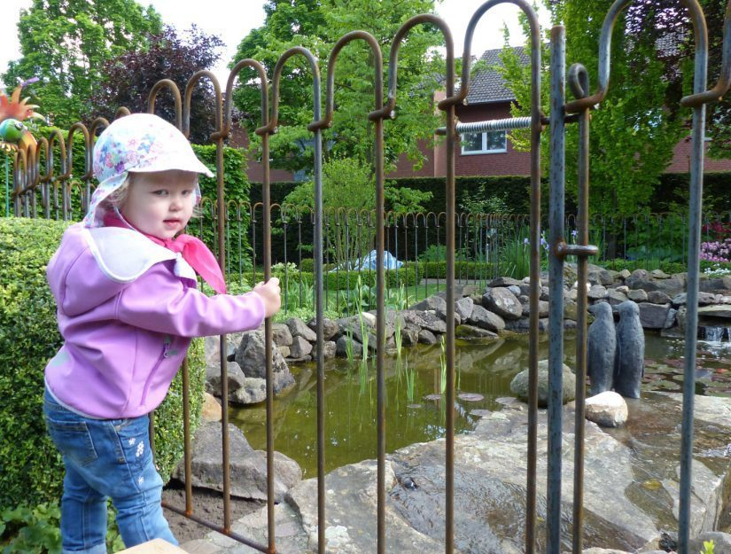 Durch eine starke Feder am Verschlussriegel ist die Tür in der Regel von Kleinkindern nicht zu öffnen.