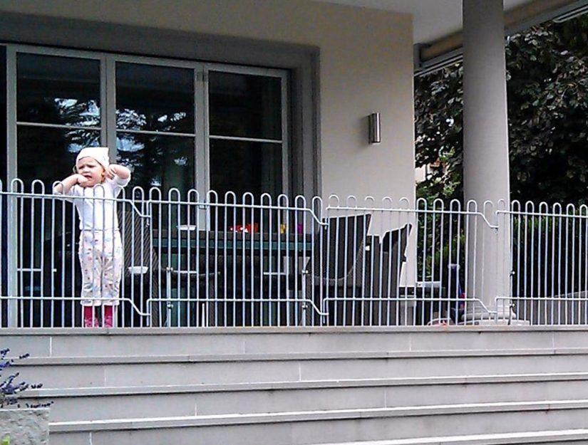 La grille rabbit galvanisée sur pieds comme dispositif de sécurité mobile pour les petits enfants devant un escalier.