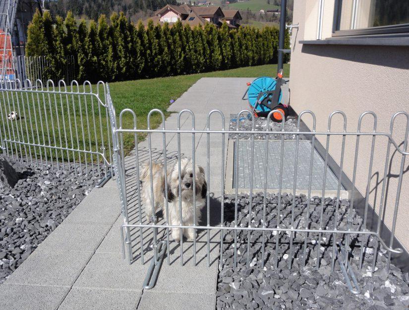 La grille de terrasse tient sur la terrasse à l'aide de pieds.