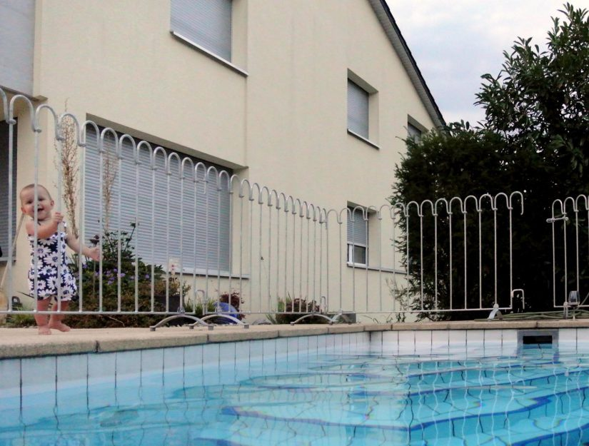 Das Kind kann nicht unbeaufsichtigt in den Pool.