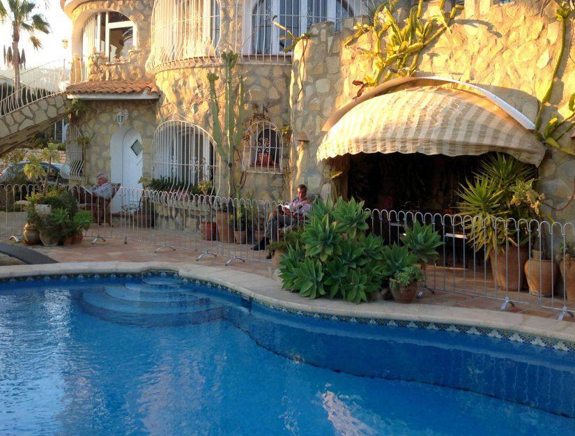 Der Poolzaun auf Mallorca schützt die Enkelkinder.