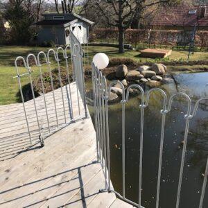Aufgeschraubter Terrassenzaun verzinkt mit Tür zum Teich