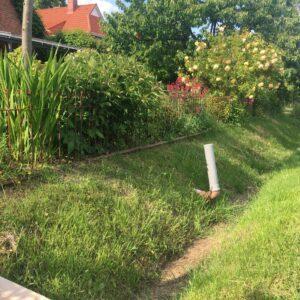 Eisenzaun 80 cm hoch zwischen dem Graben und dem Blumengarten