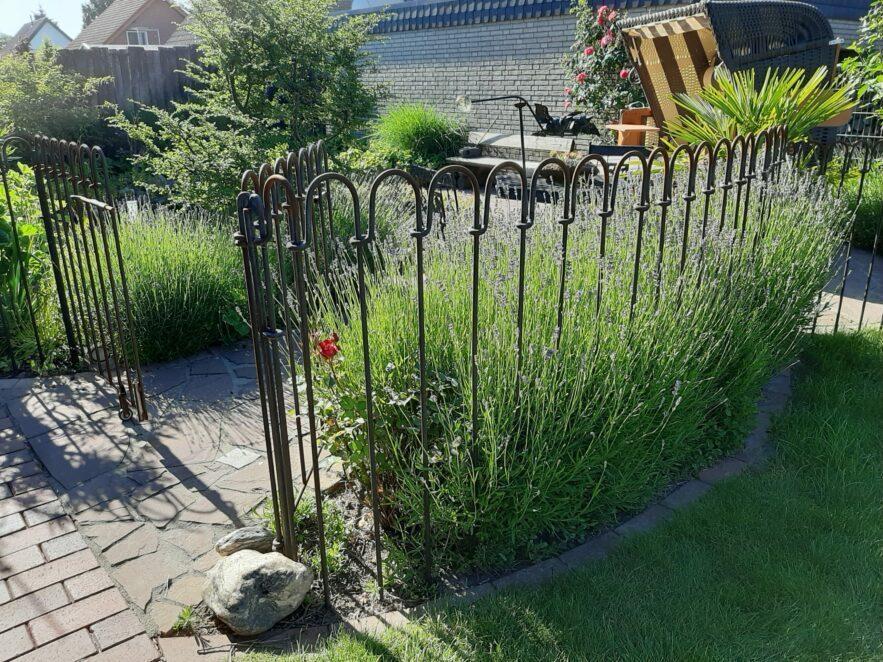 Der Zaun entspricht optisch unseren Vorstellungen und bietet für unsere Enkelkinder einen sicheren Schutz am Gartenteich.