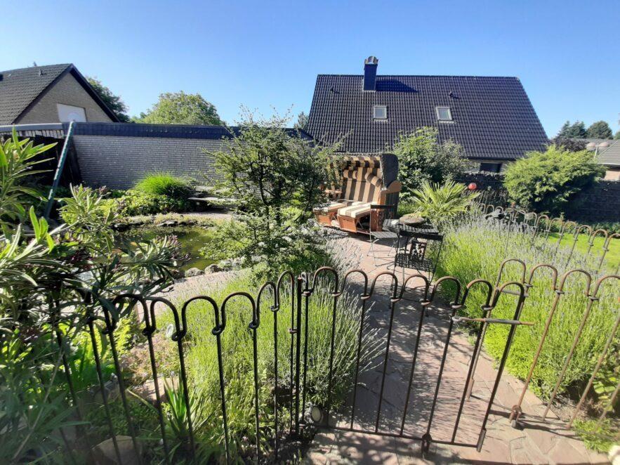 Der Aufbau des Teichzaunes gelang ohne Probleme in kurzer Zeit und konnte unserem Garten entsprechend flexibel eingesetzt werden.