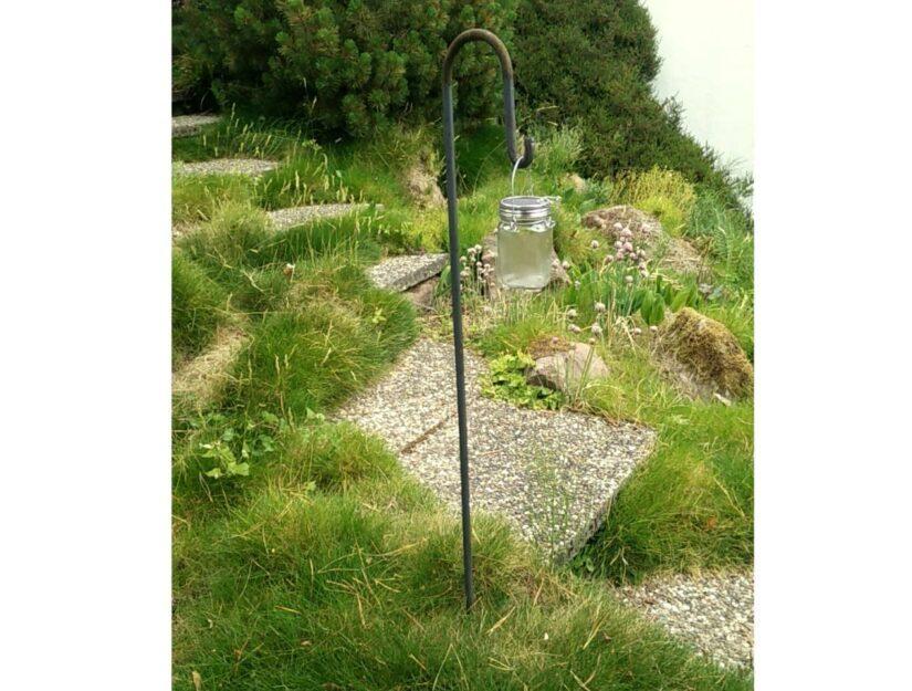 Der Laternenstab mit einer Lampe sorgt für ausreichend Licht auf Ihrem Gartenweg.