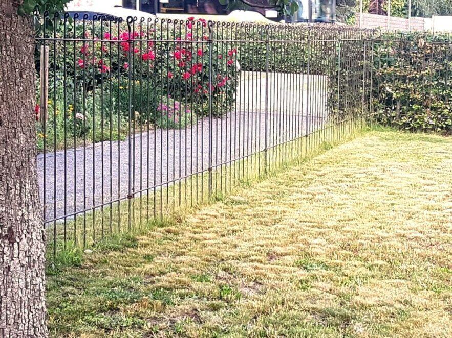 Wir haben mit dem Zaun unseren Hundezwinger abgegrenzt