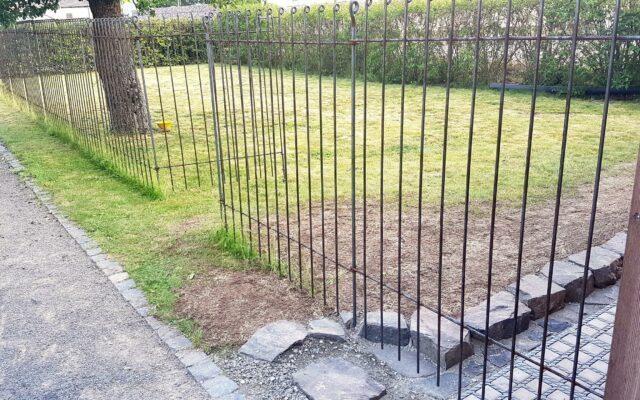 Hundeabtrennung im Garten mit einem stabilen Drahtzaun