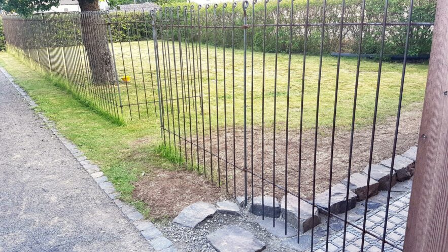 Chenil dans le jardin séparé par une clôture en fil de fer