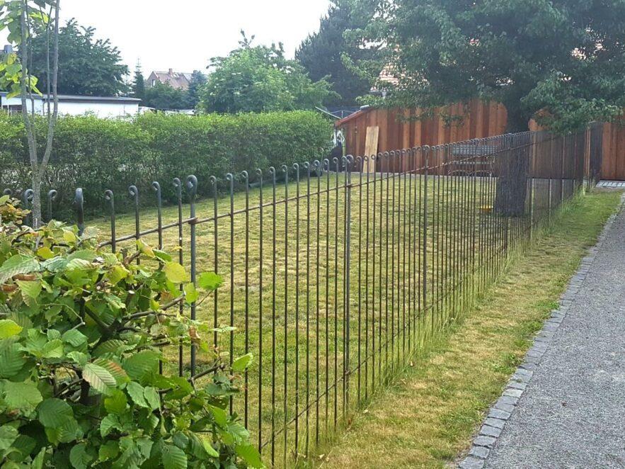 Hundezwinger im Garten abgetrennt mit einem stabilen Drahtzaun