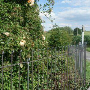 Schöner Zaun aus Eisen in einer ländlichen Gegend