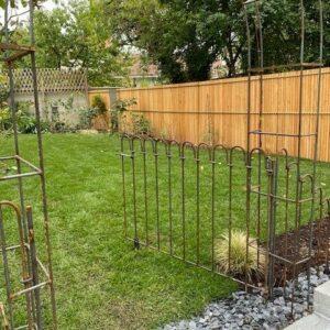 Porte avec rouleau au sol dans l'arche de jardin