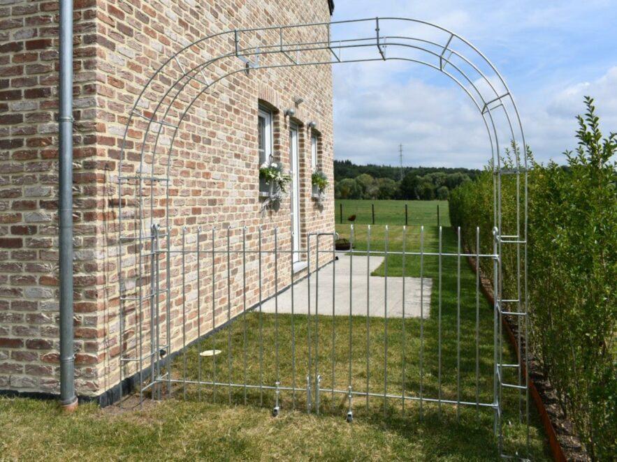 Breiter Rosenbogen mit zweiflügeligem Tor aus Stahl verzinkt