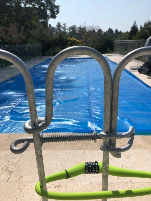 Fahrradschloss um eine Tür zum Pool