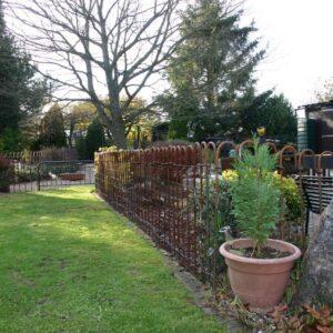 Clôture rouillée de l'étang dans le jardin