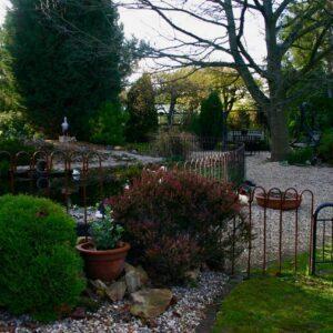 Barres d'acier (rouillées) autour d'un étang de jardin dans le jardin