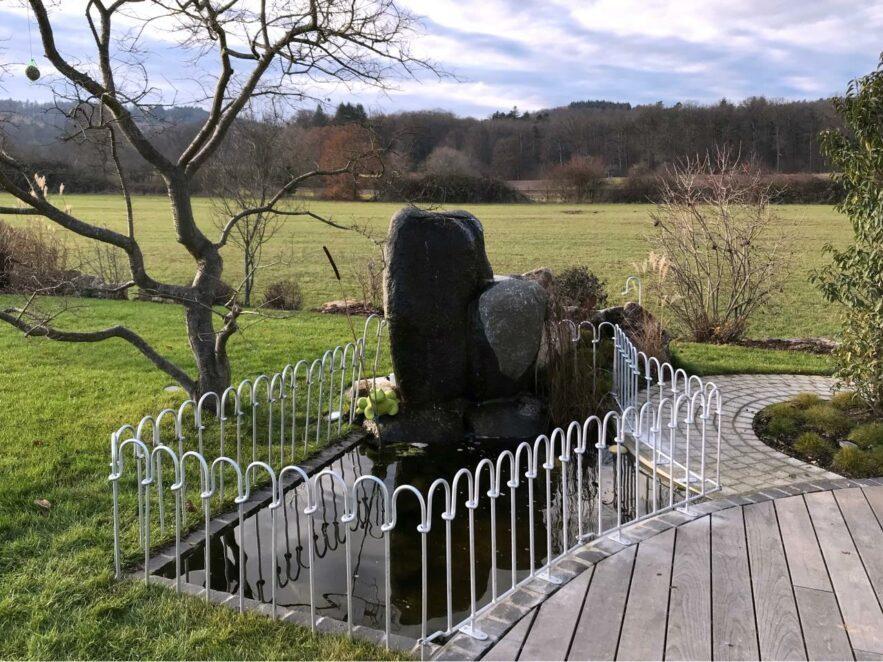 Verzinkter Teichzaun mit Terrassenelementen nur 55 cm hoch.