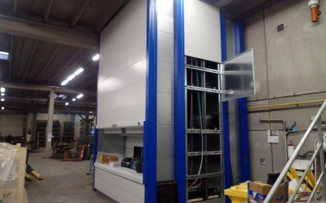 Aufbau: vertikales Lagerliftsystem Kardex Remstar Shuttle XP 500