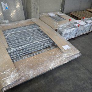 Die Spedition kommt heute drei verzinkte Zäune für unsere Kunden abholen.