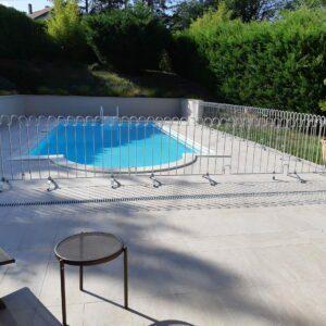 La clôture est rapide et facile à installer et elle a l'air jolie par-dessus le marché