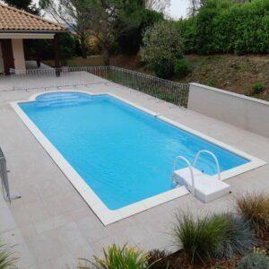 Der Poolzaun sichert das Becken bis zu den Mauern ab