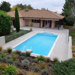 Clôture de piscine en acier galvanisé devant une piscine privée