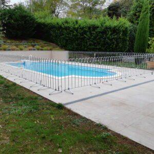 La clôture fixe empêche le chien ou les enfants de sauter dans la piscine