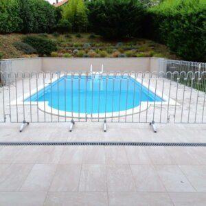 Gartenschwimmbad mit einem kindersicheren mobilen Poolzaun