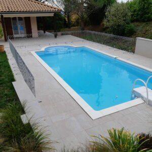 La clôture de la piscine protège la piscine jusqu'aux murs