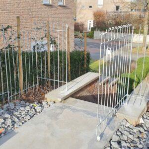 Die Tür vom Zaun ist auf einer Bodenrolle abgestützt