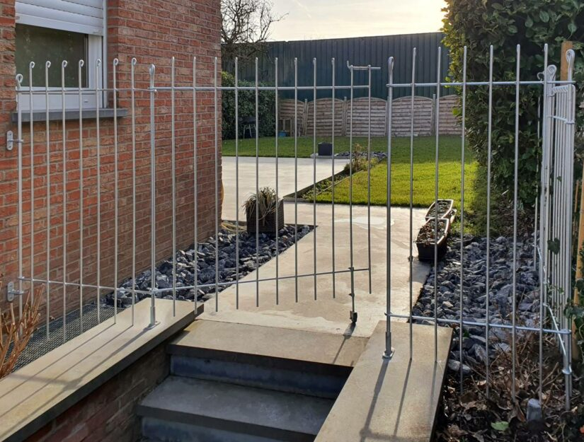"""Der 145 cm hohe verzinkte Zaun """"anneau"""" ist am Haus fest geschraubt."""