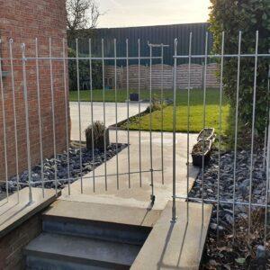 145 cm hoher verzinkter Zaun am Haus fest geschraubt