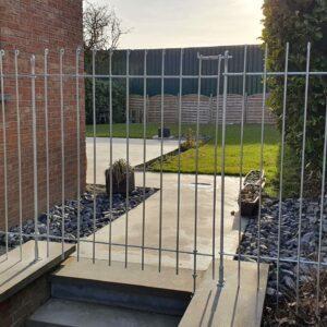 Gartenzaun aus Stahl als Abtrennung vor einer Treppe