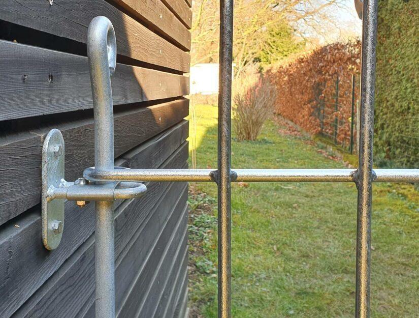 Der Wandhalter mit einer Klemmführung hält den Verbindungsstab so fest, dass sich sein Abstand bis zur Wand nicht verändern kann.