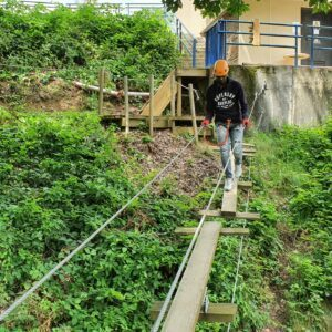 Der Einstieg zur roten Kletterstrecke über kleine Holzwippen