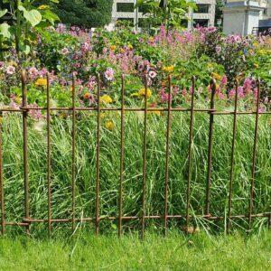 Die Blumenbeete sind mit einem 80 cm hohen Eisenzaun geschützt.