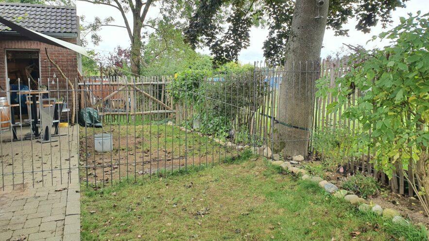 La terrasse située derrière la maison a été séparée par une clôture en acier de 145 cm de haut