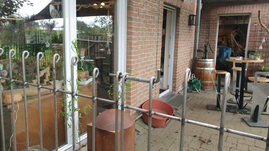 Grâce au portail à double battant, toute la longueur de la terrasse peut être utilisée.