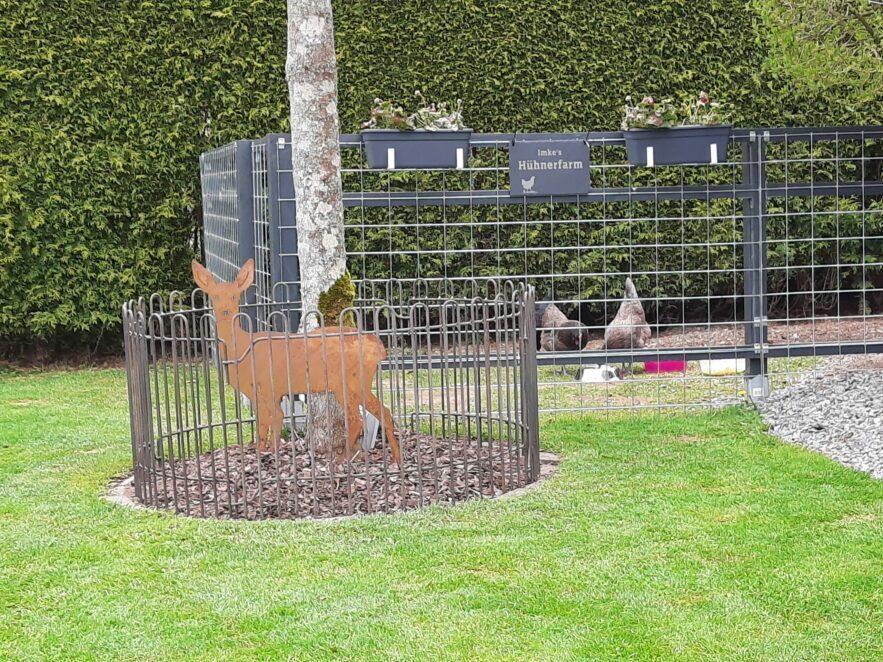 Die Hühner scharen nicht mehr im Beet wegen dem Zaun