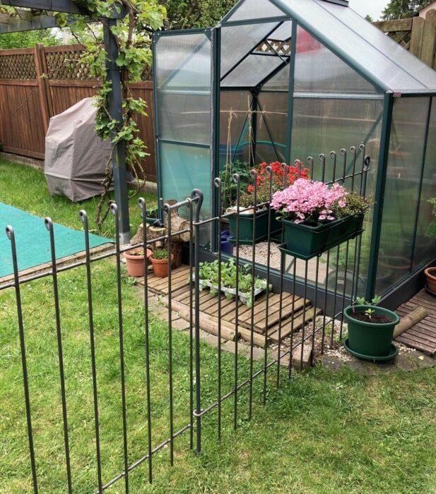 Gartenabtrennung mit einem stabilen Zaun für einen Hund