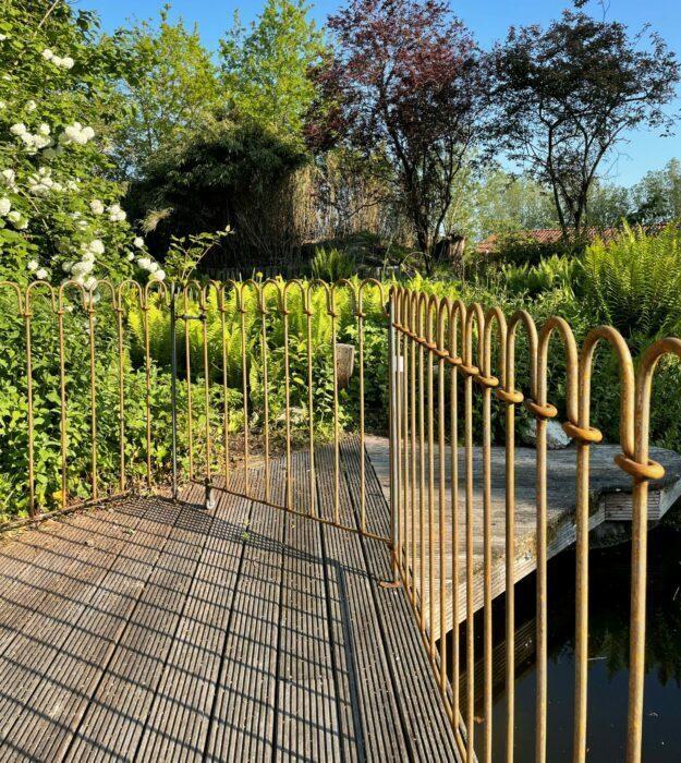 Les éléments de terrasse avec des poteaux de porte soudés.