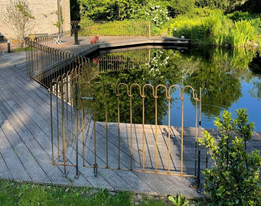 Clôture étang light brut fixé avec des éléments de terrasse pour placer sur la terrasse autour de notre étang