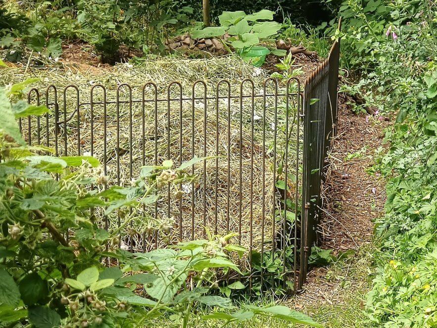 Eisen-Gitter als Eingrenzung für den Wiesenschnitt
