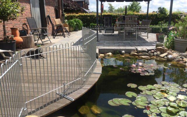 Clôture sur la terrasse devant l'étang