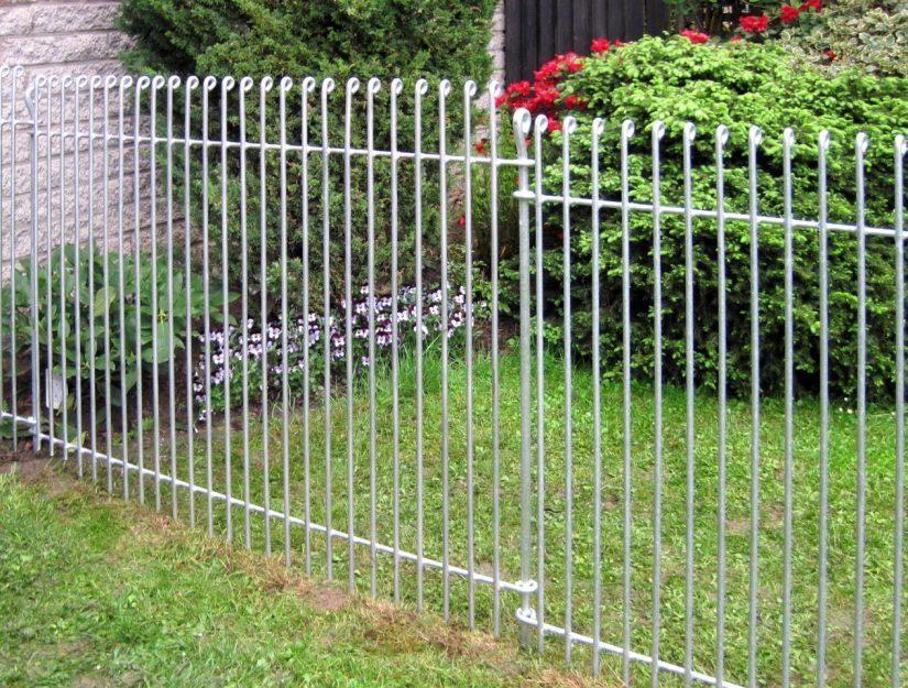 Der alte Zaun wurde durch einen neuen Zaun aus massivem Stahl ersetzt.